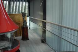 garde corps sécurisé alliant bois,inox et verre.design et fluidité des lignes